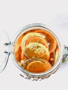 Köstlicher selbstgemachte Holunderblütensirup
